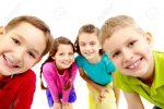9494585 Grupo De Niños Alegres Peeping En Cámara